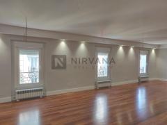 Edificio señorial luminoso. Planta recién reformada que cuenta con varios despachos y 3 espacios de open space. Office completo luminoso.